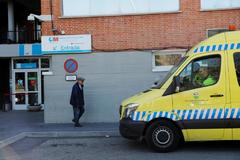 Un hombre sale de un centro de salud en Madrid.