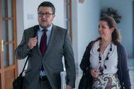 María José Piñero, este miércoles en el Parlamento junto a su compañero de partido, el juez Francisco Serrano.