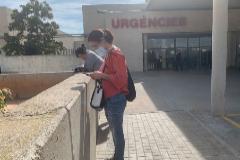 Dos mujeres esperan en la puerta de Urgencias, este martes, en el Hospital de La Plana en Vila-real.