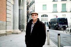 Ángel Hernández, a las puertas del Congreso cuando se debatió la proposición de ley de la eutanasia.