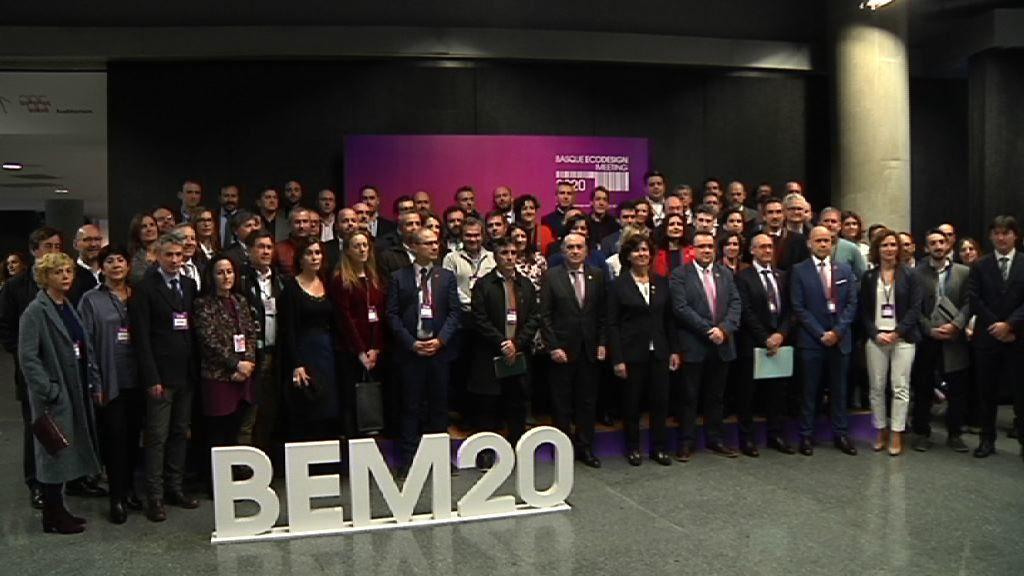 Iñaki Arriola y la viceconsejera Elena Monero en la foto de familia de los asistentes al BEM20.