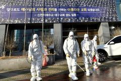 Funcionarios desinfectan la Iglesia Shincheonji de Jesús en Daegu, Corea del Sur.