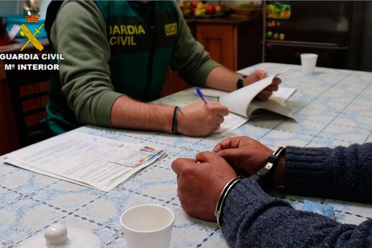 Supervisando la documentación con un detenido.