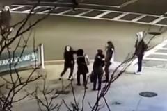 Un momento de la agresión, que fue grabada por una cámara de vigilancia