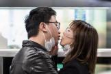 Una pareja retira sus mascarillas para besarse en Shanghai.