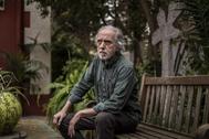 El director de cine, retratado en el jardín de su casa.