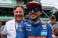 Fernando Alonso y Zak Brown, el año pasado en Indianápolis.