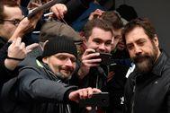 Javier Bardem se fotografía con los fans en la Berlinale.