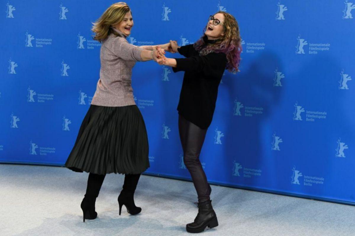 Las actrices de 'DAU. Natasha' Natalia Berezhnaya y Olga Shkabarnya bailan en la Berlinale.