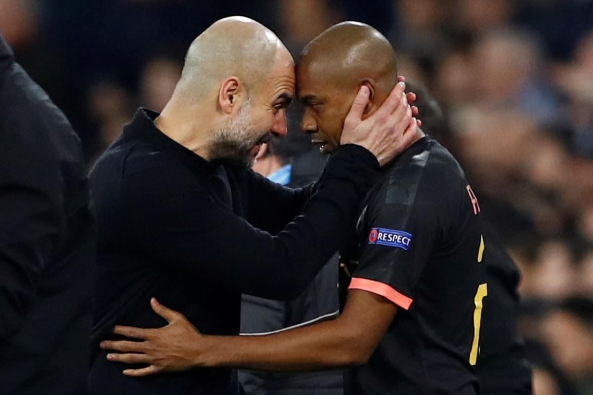 Pep Guardiola felicita a Fernandinho tras el partido.