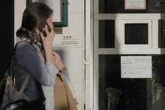 """Cartel de """"No tenemos mascarillas ni geles"""" en la farmacia del número 112 de la calle de Serrano de Madrid, ayer por la tarde."""