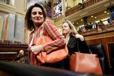 Las vicepresidentas cuarta, Teresa Ribera, y tercera, Nadia Calviño, en el Congreso el pasado jueves.