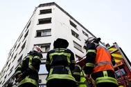 Bomberos frente al edificio donde se declaró el incendio.
