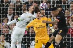 GRAF7435. MADRID.- El delantero del Manchester City Gabriel Jesus (2-d) cabecea para marcar ante lt;HIT gt;Sergio lt;/HIT gt; lt;HIT gt;Ramos lt;/HIT gt; (2-i) y el portero Thibaut Courtois, ambos del Real Madrid, durante el partido de ida de los octavos de final de la Liga de Campeones que se disputa este miércoles en el estadio Santiago Bernabéu.