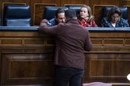 Gabriel Rufián (ERC) habla con el vicepresidente Pablo Iglesias (IU) en el Congreso en el debate de estabilidad presupuestaria.