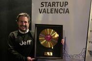 Fernando Marzal posando con el galardón Golden Records.