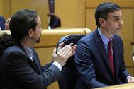 Pablo Iglesias aplaude a Pedro Sánchez en el Pleno del Senado del martes.