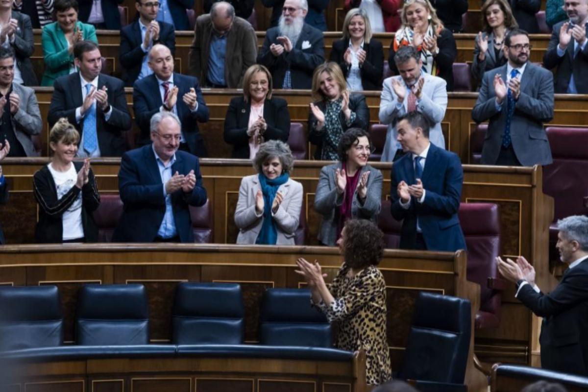 María Jesús Montero responde a los aplausos del PSOE tras su intervención.