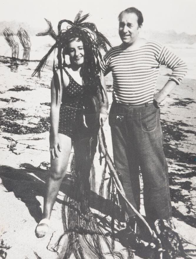 Con Maruja Mallo en una playa chilena en 1945.