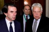 Los ex presidentes José María Aznar y Felipe González, en la apertura del Congreso Nacional de Sociedad Civil, este jueves en Madrid.