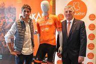 Mikel Landa junto al presidente de Euskaltel Xabier Iturbe junto a la equipación de la escuadra vasca.
