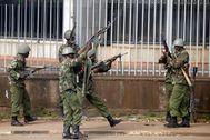 Policías antidisturbios disparan, en Nairobi.