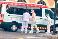 Sanitarios junto a una ambulancia ante la fachada del Hospital de la Malvarrosa.