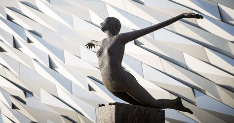 Estatua que simula a Kate Winslet en la película de James Cameron.