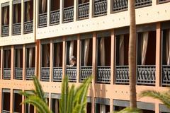 Una mujer se asoma por el balcón en el hotel en cuarentena en Tenerife.
