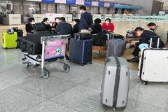 Un grupo de ciudadanos chinos, a la espera de volar a su país.