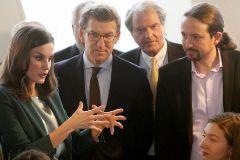 La Reina Letizia, junto a Alberto Núñez Feijóo y Pablo Iglesias, en un acto de la Fundación Princesa de Girona en A Coruña.