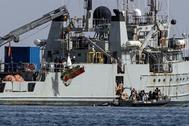 Personal del barco de rescate de la Armada 'Neptuno' iza restos del avión que se estrelló ayer frente a las costas de La Manga.