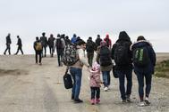 Migrantes de camino a la frontera entre Turquía y Grecia, esta mañana.