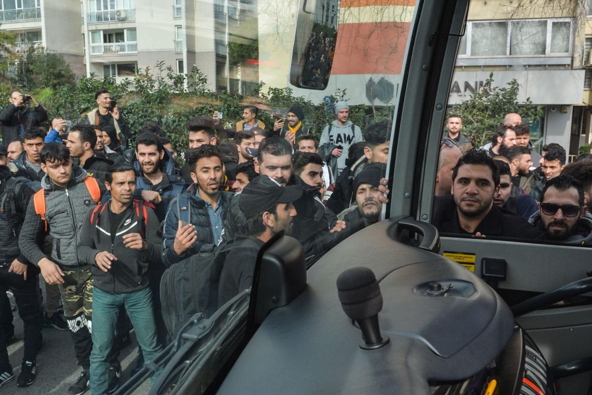 Colas en Estambul para acceder a los buses que llevan a la frontera griega.