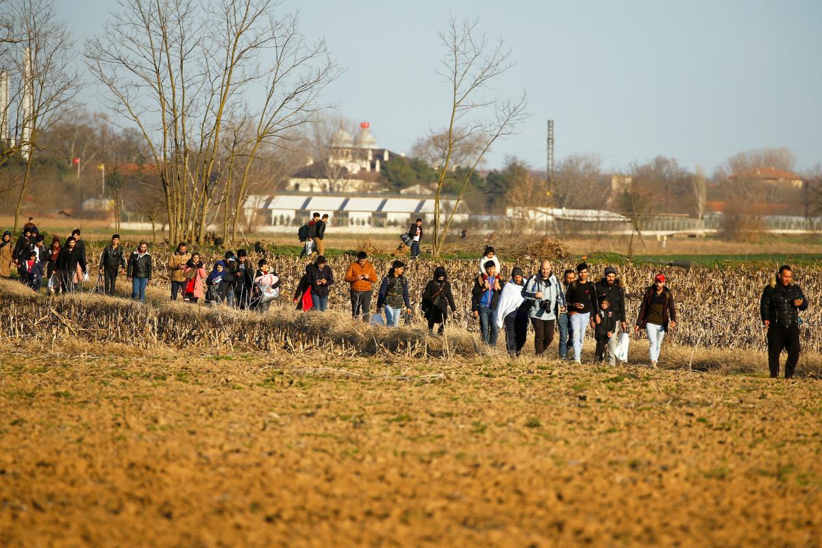 Migrantes de camino a la frontera entre Turquía y Grecia.