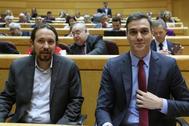 Pablo Iglesias y Pedro Sánchez, en una sesión de control al Gobierno en el Senado.