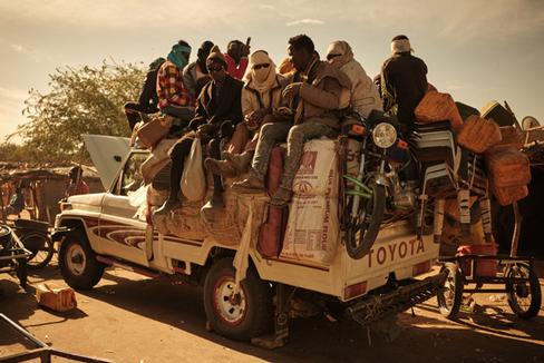Vehículo Toyota cargado hasta arriba de enseres e inmigrantes ya preparado para su travesía hacia el norte.