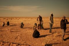 Inmigrantes esperan a poder embarcar en uno de los camiones que surcan estas rutas en pleno desierto del Sahel hacia el norte.