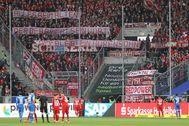 Los hinchas del Bayern muestran pancartas contra el dueño del Hoffenheim.