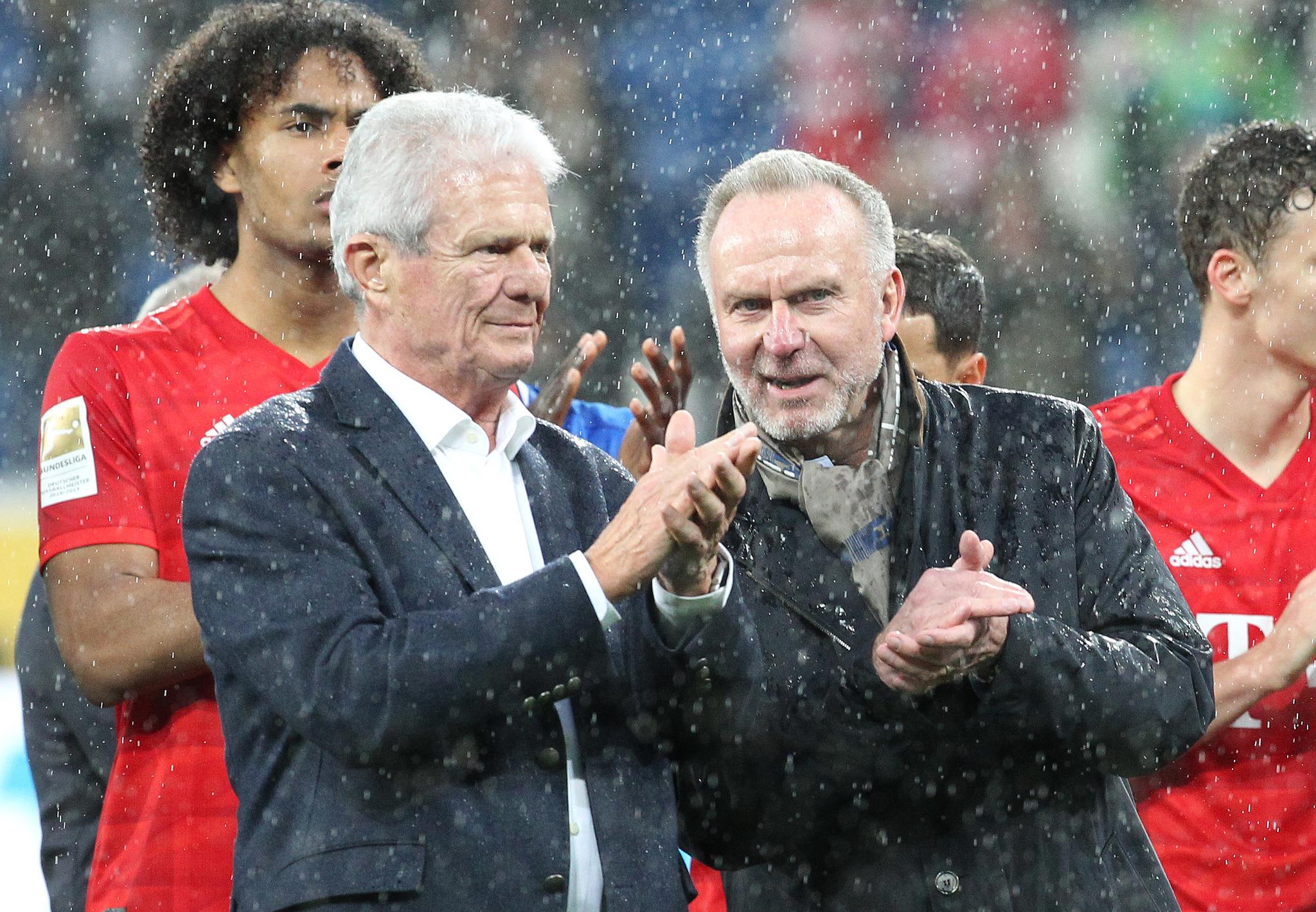 Rummenigge (dcha), junto a Hopp, durante el partido.