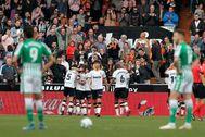 Los jugadores del Valencia celebran el gol marcado por Parejo, segundo del Valencia al Betis.