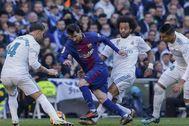 Messi intenta desbordar a Ramos, ante Marcelo y Casemiro, en el Bernabéu.