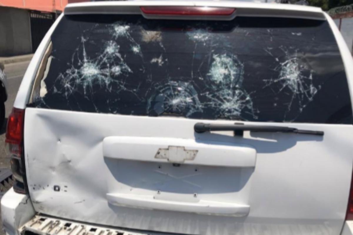 Estado en el que quedó el coche de Juan Guaidó tras los disparos.