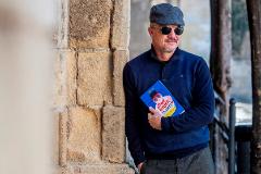 El escritor estadounidense Charlie Geer muestra su libro, 'Qué dices, teacher?'.