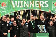 Los miembros del Manchester City celebran el título.