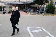 Una paciente de Txagorritxu abandona el pasado sábado el hospital con mascarilla.