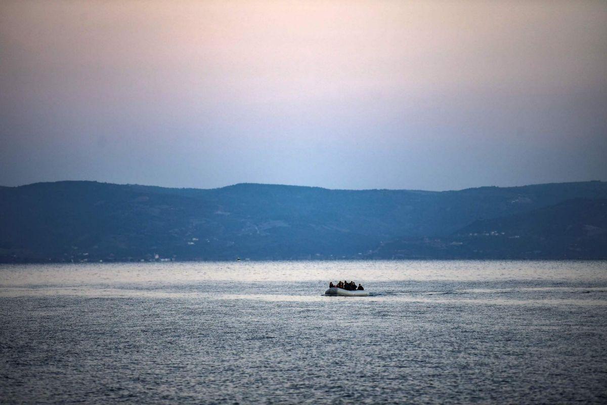 Un bote inflable con refugiados cruza el canal entre Turquía y Lesbos.
