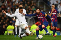 Casemiro y Messi luchan por un balón.
