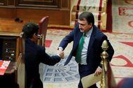 El portavoz del PNV  en el Congreso, Aitor Esteban (d), saluda al presidente del Gobierno, Pedro Sánchez (i).