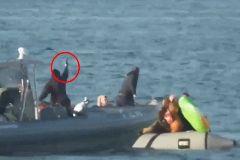 Palos, disparos al agua... Así impide la Guardia Costera la entrada de inmigrantes